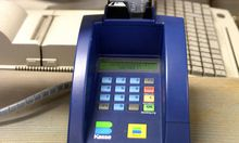 In einem Geschaeft wird mit einer Visakarte bei einer Bankomatkassa bezahlt