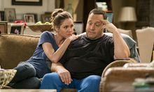 """Erinn Hayes und Kevin James spielen das Paar in """"Kevin can wait"""". Hayes ist in Staffel 2 nicht mehr dabei.  / Bild: CBS"""