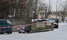 Die Polizei bei der Einfahrt zur Parkgarage von der ein Tunnel zur Bank gegraben wurde.