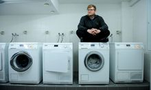 """Thomas Weber rät unter anderem: """"Miete eine Waschmaschine."""" Das Foto entstand im Wiener Studentenheim Albert-Schweitzer-Haus (9. Bezirk)."""