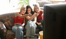 Freundinnen beim Fernsehen