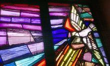 Friedenstaube in einem Kirchenfenster