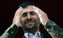 Pr�sident Mahmoud Ahmadinejad IRI hebt die H�nde w�hrend seiner Rede anl�sslich seines Besuches in