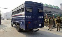 In diesem Polizeibus wurden die Angeklagten zur Übergabe der Anklage geführt, wird vermutet.