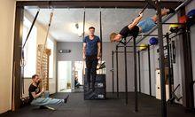 Die Brüder Simon (l.) und Markus Selikovsky in ihrem neuen Studio in der Krafftgasse in Wien. Fitnesstrainer Xaver König (r.) verstärkt das Team.