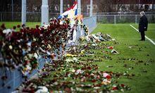 Archivbild vom 3. Dezember: Beim Denkmal für den zu Tode gekommenen Linienrichter beim Klubhaus des SC Buitenboys in Almere.