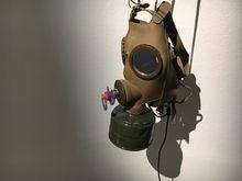 Vasofs Gasmaske zuzelt immer wieder einmal an einem Schnuller. /