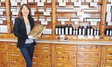 Angelika Prentner in der alten Apotheke aus Zirbenholz. / Bild: (c) Daniela Mathis