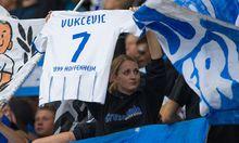 Fan hält Trikot von Boris Vukcevic