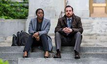 """Clare-Hope Ashitey als Anwältin K.J. Harper und Michael Mosley als Ermittler """"Fish"""" Rinaldi. / Bild: Cara Howe / Netflix"""