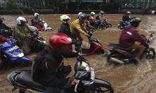 Mit dem Moped ging es in den überfluteten Straßen von Jakarta auch nur mühsam voran.