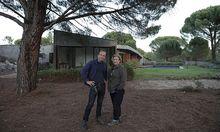 Piers Taylor und Caroline Quentin: in Staffel zwei nerven sie weniger / Bild: (c) Netflix/BBC Two