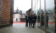 Auch die Lederhose ist Teil der Schuluniform: Gregory, Jessica, Conny, Plamena und Laurin, trotz Regen im Hof der St. Gilgen International School.