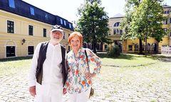 Kurt und Christa Schwertsik vor dem Max-Reinhard-Seminar/Palais Cumberland in der Penzinger