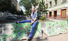 Entspannen, neue Ideen kommen lassen: Roland Schweizer nutzt eine Straßensperre für eine kurze Rast.