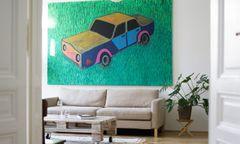 Kunst an der Wand, Eigenbau auf Rollen: Wohnzimmer und Garderobenelement von Jennifer Mory.
