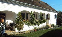 Mit Lauben und Ziegelböden: 1882 erbautes Haus im Bezirk Güssing.