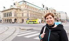Autorin Gabriele Hasmann vor der Wiener Oper, wo angeblich Architekt Eduard van der Nüll herumspukt.