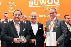 BUWOG-CEO Daniel Riedl (links) und BUWOG-COO Herwig Teufelsdorfer (rechts) gemeinsam mit Harald Steiner, Herausgeber des Real Estate Brand Books
