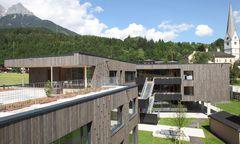Viel gemeinsam nutzbarer Platz im Freien, Gemeinschaftsraum und Terrasse (oben rechts), Pfarrgemeindesaal (unten).