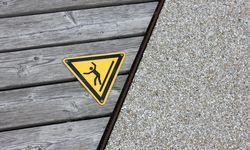 Erfahrung. Oft entscheiden Haftungsfragen die Ausformung: Holz wird rutschig, wenn es nass ist.  / Bild: (c) Beigestellt