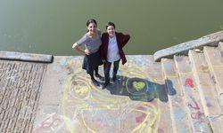 Nini Tschavoll (l.) und Astrid Kuffner beim Fototermin am Wiener Donaukanal. Die beiden holen Wienerinnen und Wienfans in ihrem Webmagazin vor den Vorhang. / Bild: (c) Regina Hügli