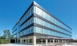Zentrale. Modern und großzügig ist das neue Hauptquartier in Lauf an der Pegnitz.  / Bild: (c) Beigestellt