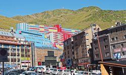 Was tun die  Andorraner?  Bauen aus Lego ein Parkhaus. / Bild: (c) Beigestellt