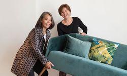 Liebling. Yvonne H. Werginz (l.) und Jutta Wallner mit ihrem Lieblingssofa. / Bild: (c) Carolina Frank
