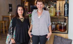 """Nina Mohimi (l.) und Dani Terbu sind PR-Fachfrauen mit Kulinarik-Affinität. Für ihr Hobbyprojekt """"Taste Austria"""" suchen sie eine Nachfolgerin. / Bild: Florence Stoiber"""