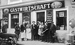 Grätzl. Der Wirt, das Personal, die Gäste. Gastwirtschaft Plaschko in Wien, 1910. / Bild: (c) Imagno/picturedesk.com