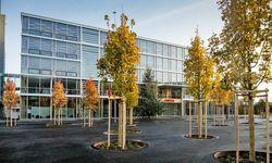 Die neue Fabrik besticht durch Glas und Metall sowie eine Holzkonstruktion aus Schweizer Fichte im Inneren.   / Bild: (c) Beigestellt