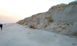 Stürme wie Hewart in diesem Spätherbst greifen die Küstendünen an. Hier: die Abbruchkante zwischen Nordstrand und Weißer Düne auf Norderney in Ostfriesland. / Bild: (c) imago/Priller&Maug