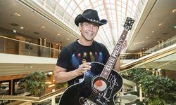 Organisator Wolf Memphis mit der Black-Signature-Elvis-Gitarre im Wiener Marriott, wo am Mittwoch die Elvis Week Vienna startet.  / Bild: (c) Mirjam Reither