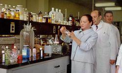 Wissenschaft. Im Labor stehend inszenierte sich die Beauty-Pionierin gern.  / Bild: (c) Beigestellt