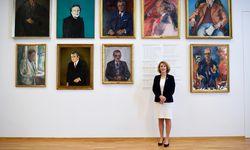 Die Rektorin der Universität für Musik und darstellende Kunst, Ulrike Sych, unter ihren männlichen Vorgängern. / Bild: (c) Clemens Fabry