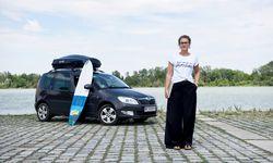 Birgit Wagner kurz nach der Rückkehr von ihrer Arbeitsreise Anfang Juli mit ihrem Skoda Roomster auf der Wiener Donauinsel. Das Surfbrett war auf der Reise auch dabei.  / Bild: (c) Clemens Fabry
