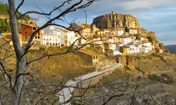Malerisch. Ares del Maestrat liegt auf einem 1100 Meter hohen Kalkfelsen.  / Bild: (c) Tourspain