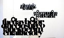 Schreibtischuhr. Liam Gillick untersucht das Verhältnis von Material und Sprache (Meyer Kainer).  / Bild: (c) Courtesy Galerie Meyer Kainer
