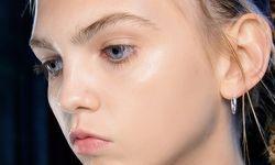 Brauenvoll. Schöne Augenbrauen bilden den richtigen Rahmen für das Gesicht.  Im Bild: Backstage bei Simone Rocha, Make-up von MAC Cosmetics).  / Bild: (c) Beigestellt