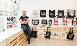 Michael Bratl in seinem neuen Geschäft in der Otto-Bauer-Gasse. Hier bietet er künftig Accessoires mit Ampelpärchenmotiven an. / Bild: (c) Stanislav Jenis