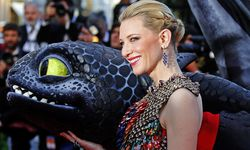 Actress Cate Blanchett poses on the red carpet with a figure of Toothless the Dragon character as she arrives for the screening of the film ´How to Train Your Dragon 2´ out of competition at the 67th Cannes Film Festival in Cannes / Bild: (c) REUTERS (� Yves Herman / Reuters)
