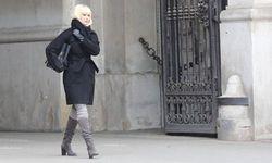 """Die Dreharbeiten für """"Red Sparrow"""" fanden Ende April auch in Wien statt. Hier flaniert Jennifer Lawrence - in Kostüm - über den Michaelerplatz. / Bild: (c) imago/SKATA (Karl Sch�ndorfer)"""