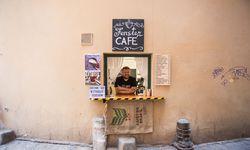 Ein kleiner Lagerraum, ein Fenster: So verkauft Sasha Iamkovyi seinen mit größter Leidenschaft gebrauten Kaffee. / Bild: (c) Florens Kosicek
