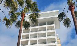 Hochhaus. An Marbellas langer Strandpromenade: Amàre Beach Hotel. / Bild: (c) Madeleine Napetschnig