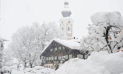 Zauchensee ist ein Schneeloch, in dem die Saison früh beginnt und spät endet. Altenmarkt gefällt mit seiner historischen Substanz. Winterwanderungen führen in den adventlichen Wald. / Bild: (c) Altenmarkt-Zauchensee Tourismus/Huber Hans Photo