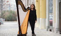 Monika Stadler erfindet die Verwendung einer Harfe neu. / Bild: (c) Clemens Fabry