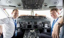Der König zwei Mal im Monat Co-Pilot auf KLM-Flügen. Hier sitzt er mit dem Piloten Maarten Putman (l.) im Cockpit. / Bild: (c) APA/AFP/KLM/NATASCHA LIBBERT (NATASCHA LIBBERT)