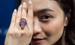 """Der teuerste Diamant der Welt: der """"Pink Star"""" in Ringfassung auf der Hand eines Models. / Bild: (c) imago/ZUMA Press (imago stock&people)"""