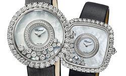 """Das neueste """"Happy Diamonds""""-Modell ist eine kostbare Schmuckuhr für Damen, die Modernität mit Retrochic verbindet. In einer Variante ähnelt sie der Herrenuhr des Jahres 1976. Der leicht gerundete Gehäusering wird durch Diamanten in Chaton-Fassungen betont, auf dem cremeweiß schimmernden Perlmutt tanzen die frei beweglichen Diamanten. / Bild: (c) Beigestellt"""